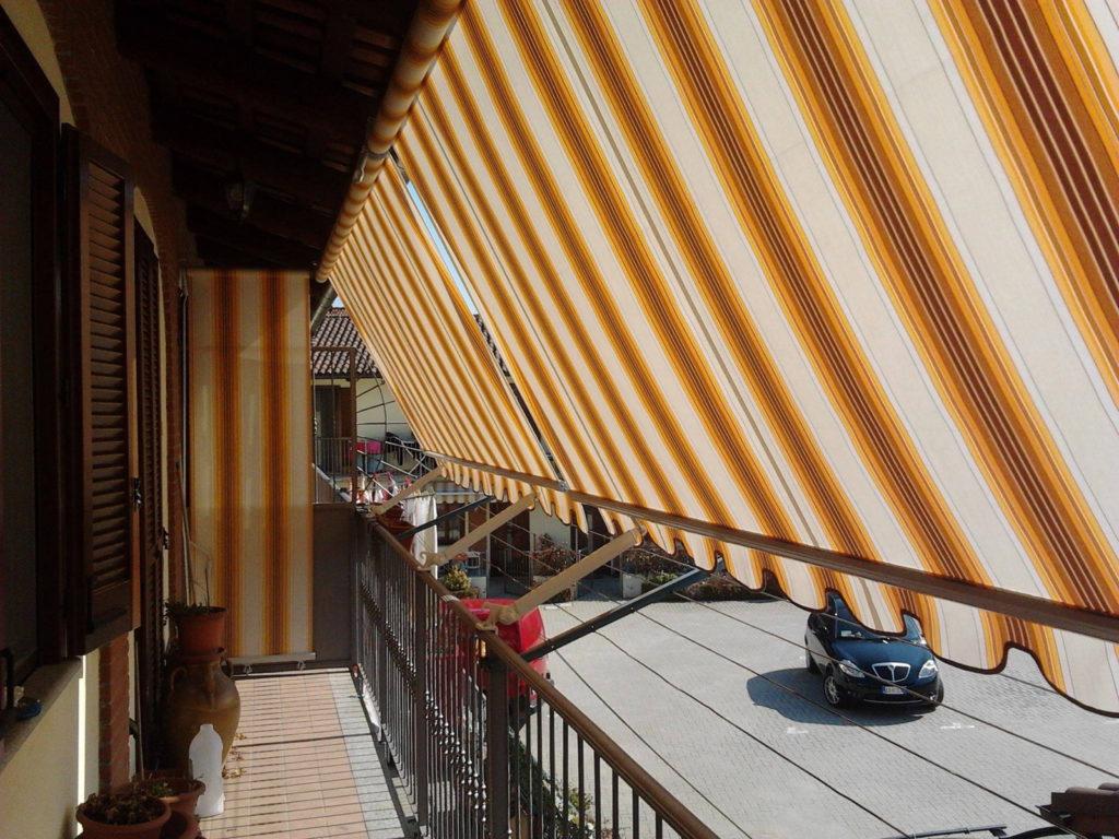 Tende a caduta gialle e bianche per balconi da esterno - sintesi tende orbassano Torino