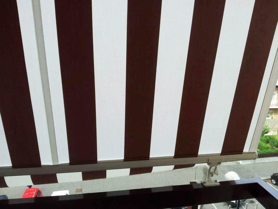 Tende a caduta marroni e bianche per balconi da esterno - sintesi tende orbassano Torino