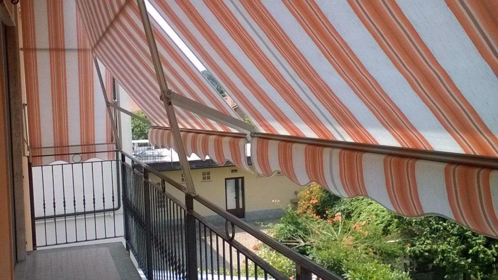 Tende a caduta arancioni e bianche per balconi da esterno - sintesi tende orbassano Torino