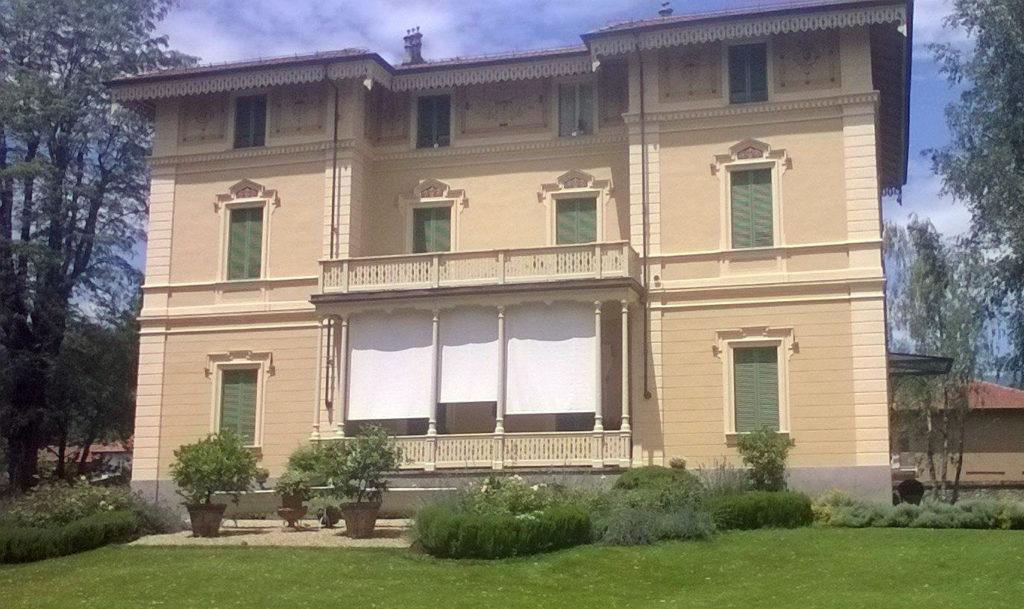 Tende a caduta bianche per villa da esterno - sintesi tende orbassano Torino