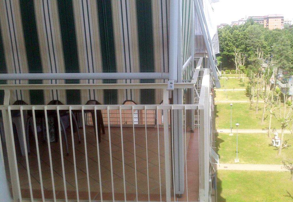 Tende a caduta verdi e bianche per balconi da esterno - sintesi tende orbassano Torino