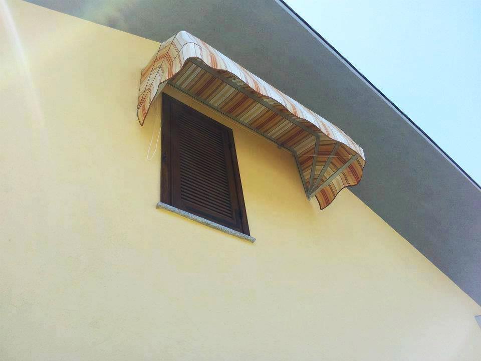 Tende capottine da sole a righe rosse e gialle da esterno - Sintesi Tende Orbassano Torino