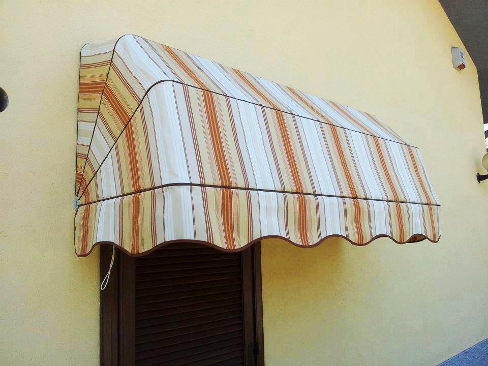 Tende capottine da sole a righe rosse bianche e gialle da esterno - Sintesi Tende Orbassano Torino